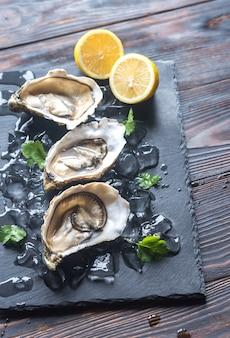 黒い石板に生牡蠣