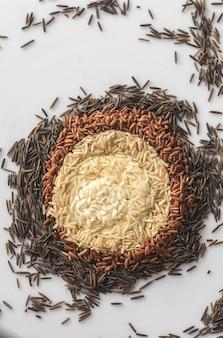 白い背景の上の米の種類