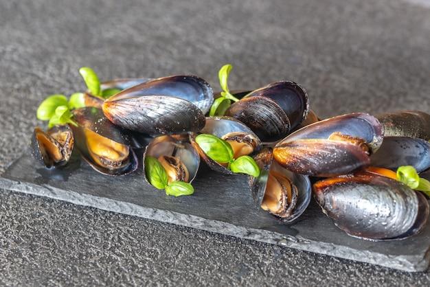 ボード上の調理されたムール貝