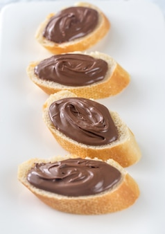 チョコレートクリームとバゲットのスライス