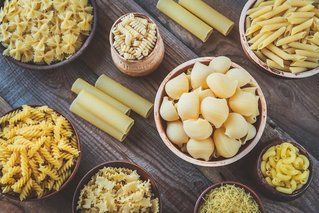 Различные виды макарон на деревянном столе