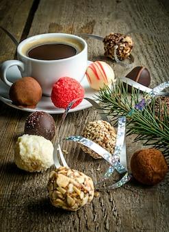 Роскошные шоколадные конфеты и чашка кофе