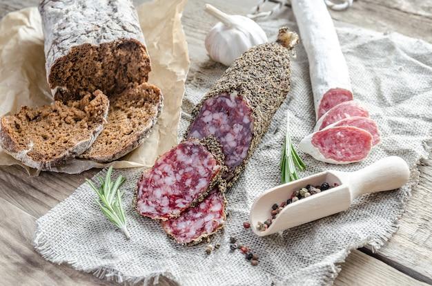 Ломтики соусисса и испанской салями на вретище