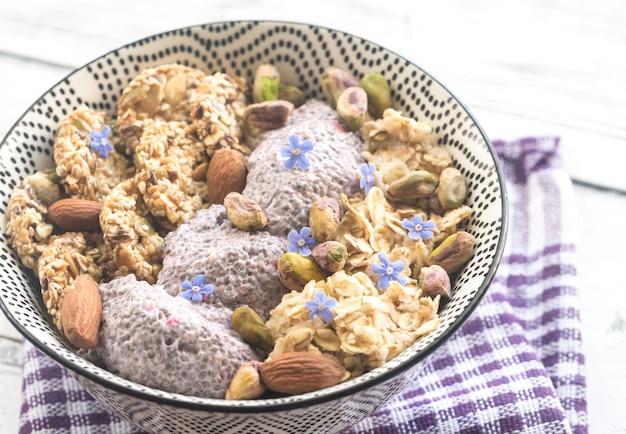 Овес с чиа пудингом и зерновым печеньем