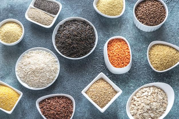 灰色のテーブルの穀物の品揃え