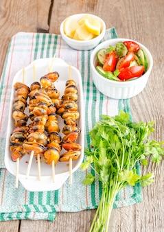Шашлык из мидий со свежим салатом