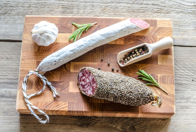 Ломтики соуса и испанской салями