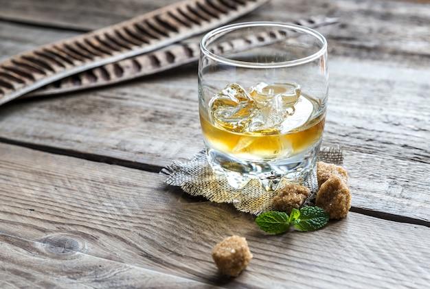 木製のテーブルにラム酒のガラス