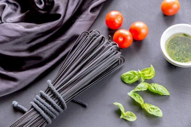 バジルとトマトの生黒パスタ