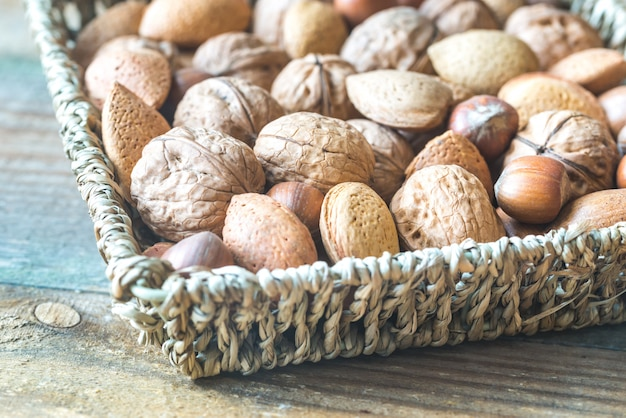 Ассорти из орехов в корзине