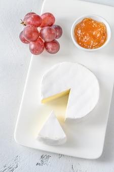 Сыр камамбер с бокалом вина