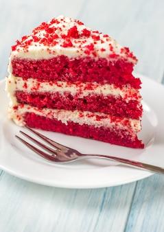 皿の上の赤いベルベットケーキ