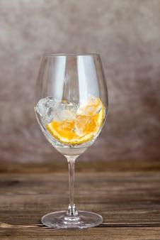 Стакан со льдом и апельсином