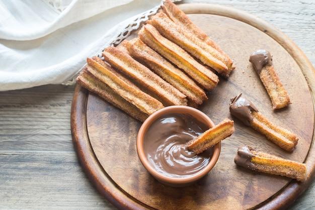 チュロス-有名なスペインのデザートとチョコレートソース