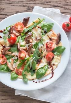 Блинчики с помидорами черри, сыром, грибами и рукколой