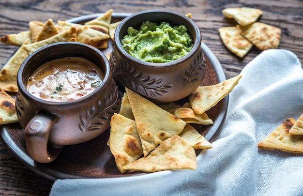 Чаши с гуакамоле и кесо с чипсами из тортильи