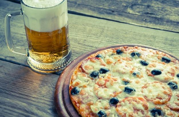 ビールのグラスで調理したピザ