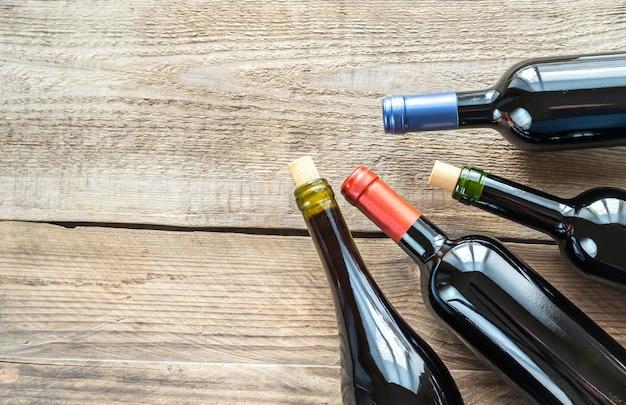 Бутылки с красным вином