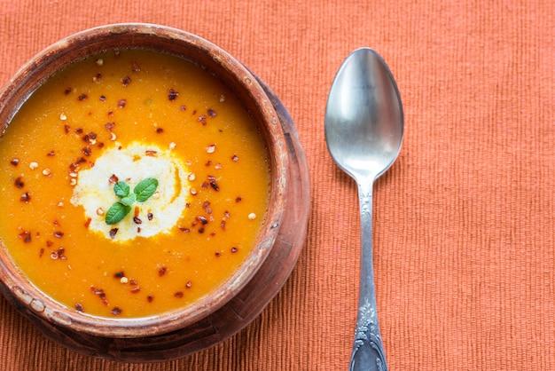 スパイシーなカボチャのクリームスープのボウル:トップビュー