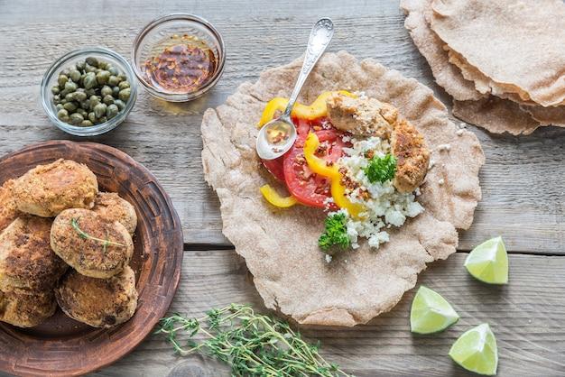 Закуска с фалафелем, творогом и овощами
