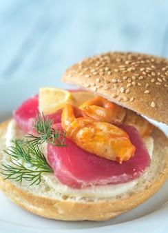 マグロ、カニの爪、モッツァレラチーズのサンドイッチ