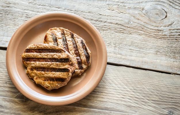 木製の表面にビーフステーキ