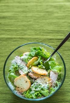 Чаша из куриного салата цезарь