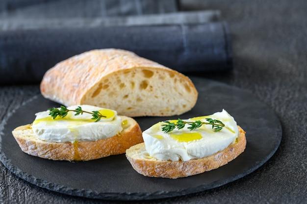 チャバタとモッツァレラチーズのサンドイッチ