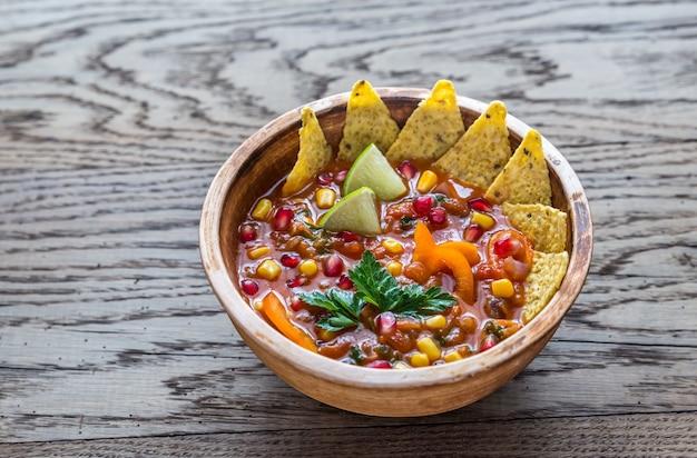 木製の表面にメキシコのトルティーヤスープ