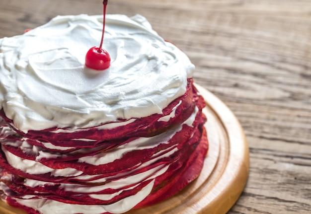 木の板に赤いベルベットのクレープケーキ