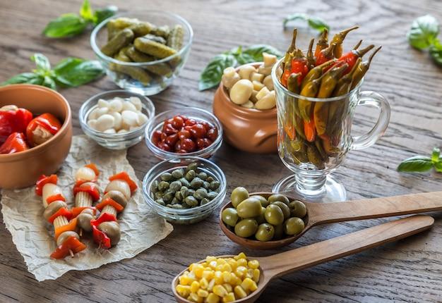 Маринованные овощи на деревянном столе