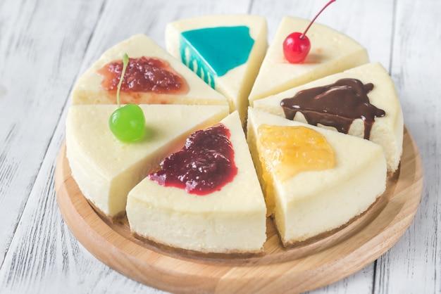異なるトッピングのチーズケーキ
