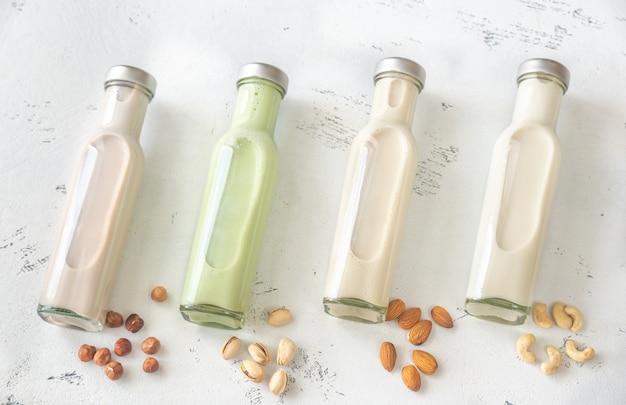 さまざまな種類の牛乳の品揃え