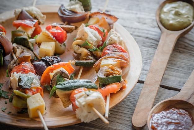 Жареные овощные шашлычки на тарелке