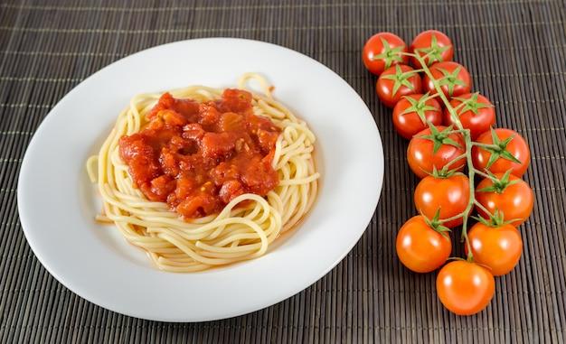 Спагетти с томатным соусом, пастой