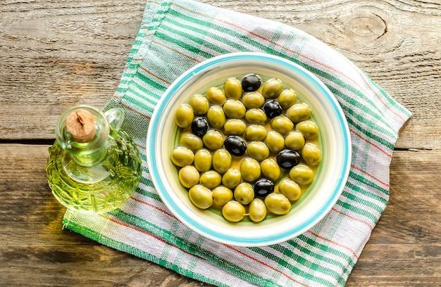 Оливковое масло и целые оливки