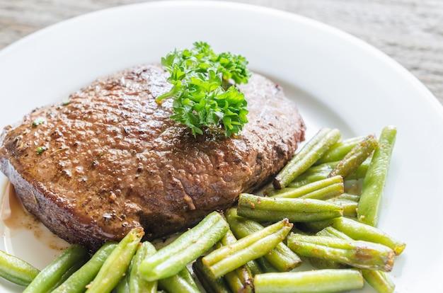 Стейк из говядины с зеленой фасолью