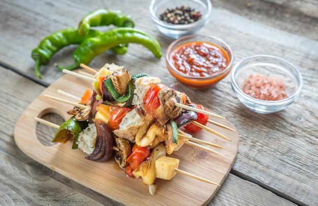 木の板に野菜の串焼き