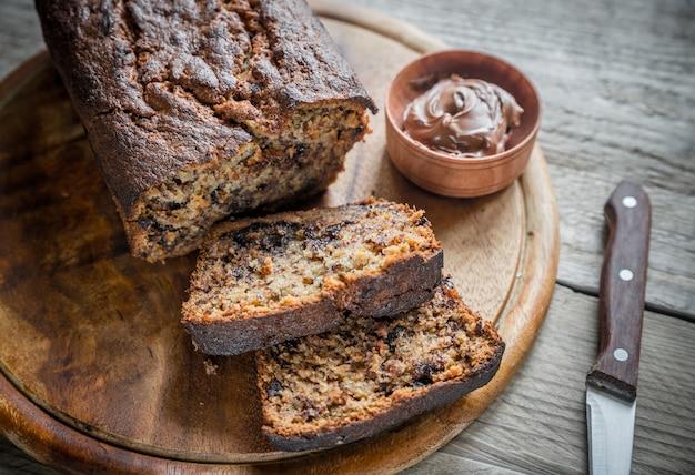 Буханка банано-шоколадного хлеба с шоколадным кремом