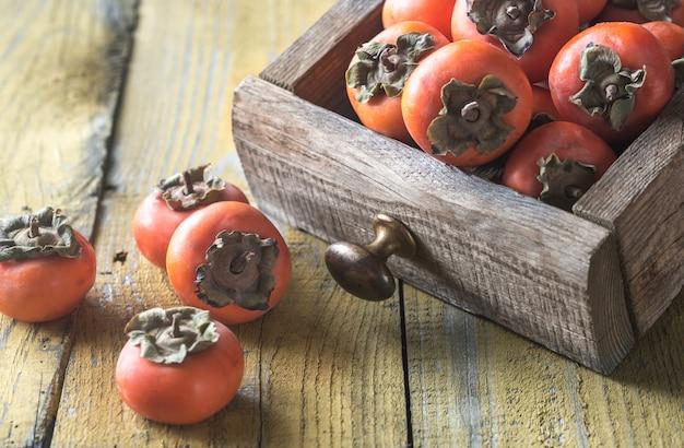 新鮮な柿の木箱