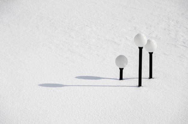 Уличные фонари под снегом
