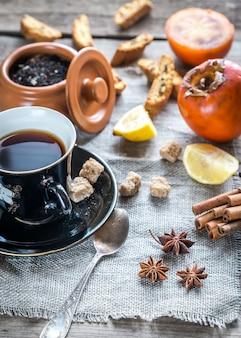 Фруктовый чай со специями и печеньем