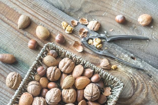 かごの中のナッツの品揃え