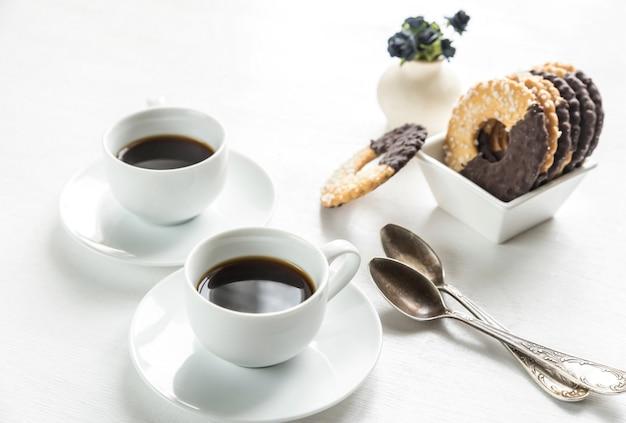 Шоколадное печенье с двумя чашками кофе