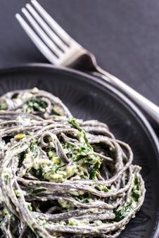 Черная паста со шпинатом, маскарпоне и пармезаном