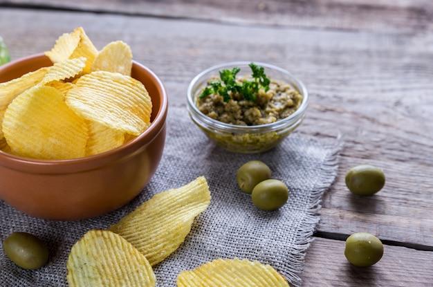 Картофельные чипсы с оливковой тапенадой
