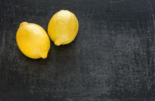 暗い木の新鮮なレモン