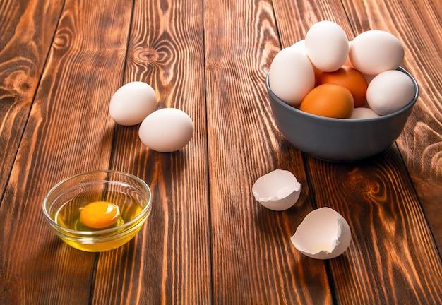 木製の素朴なテーブルで卵をひきます。健康食品。ダイエット食品。