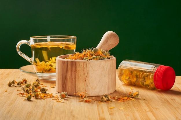 多くの病気、利点、および準備のための乾燥カレンデュラの花からのお茶。