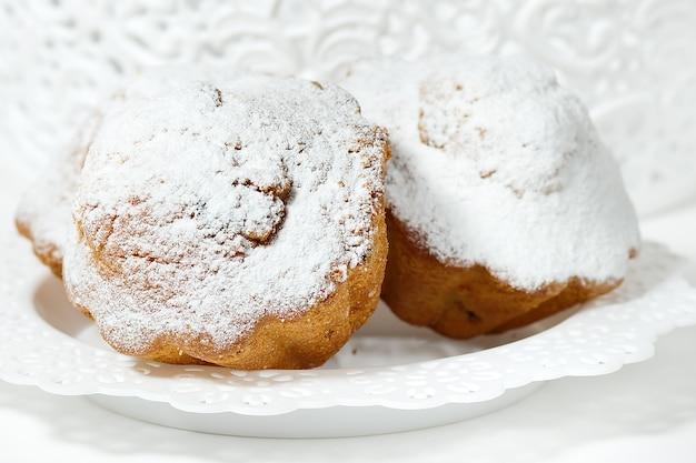 Маффины с сахарной пудрой и изюмом